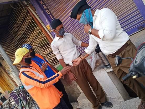 RT Sunil_Deodhar : RT friendsofrss: RSS volunteers served tea to municipality workers at Adoni, Andhra Pradesh. #RSSinAction