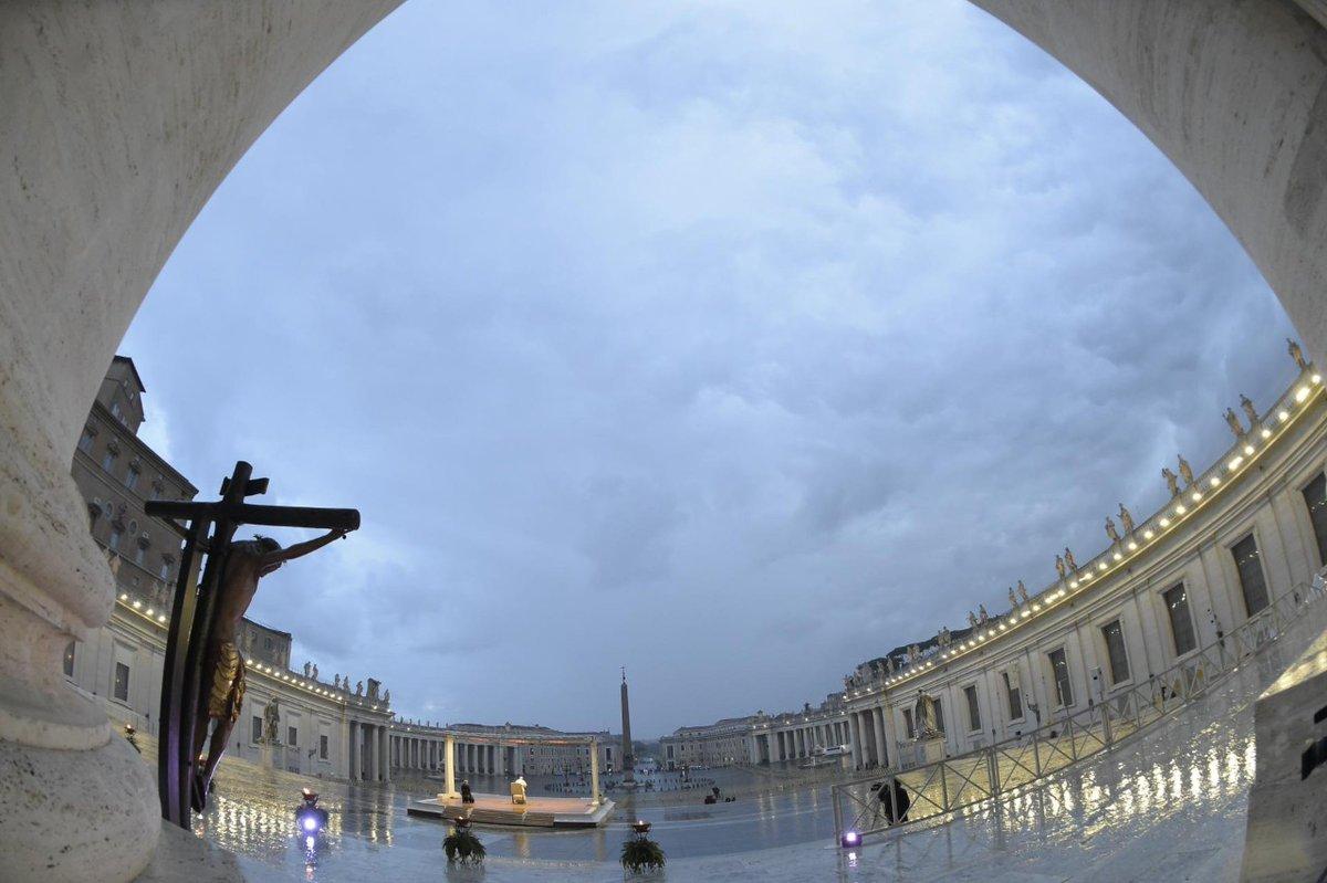 Desde esta columnata que abraza a Roma y al mundo, descienda sobre vosotros, como un abrazo consolador, la bendición de Dios.