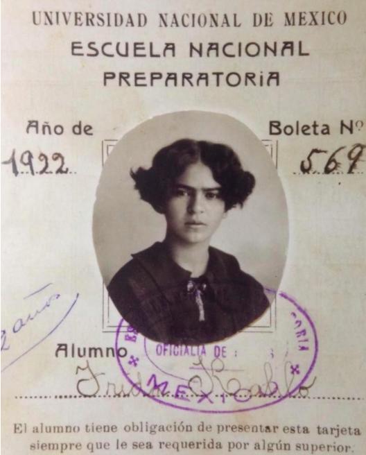 En 1922, la matrícula completa de la Escuela Nacional preparatoria estaba formada por 2 mil estudiantes varones y 35 mujeres. Una de aquellas chicas era Frida Kahlo… conoce más acerca de esta historia en:   #MemoriaCompartida