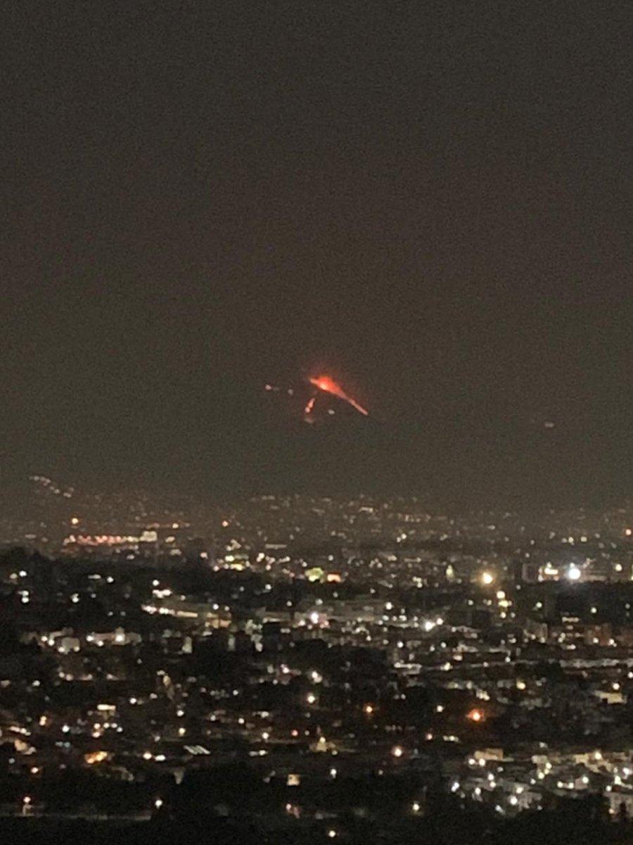 ¿Oigan, alguien sabe si se esta incendiando el cerro del Chiquihuite? @C5_CDMX @Bomberos_CDMX  #ViernesDeYaValio