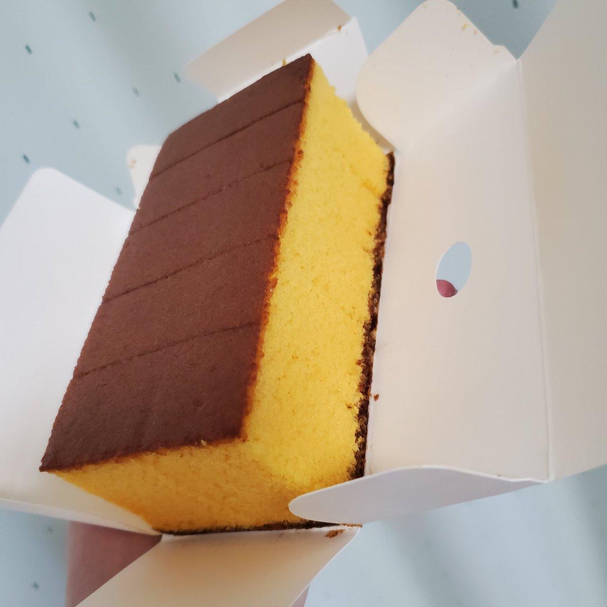 test ツイッターメディア - こんにちはー☀️ こちら、無加工なんです…  『松翁軒の五味焼』  こんなに鮮やかな黄色カステラで初めてみました…! ブラウンと明るいイエロー…。 まるで、いや、これは、確実にピカチュウですな!(笑)  美味しいもの、好きなもの食べて幸せにお過ごしくださいませー!  みなさま、よき1日をー! https://t.co/NJQHAJIMf1