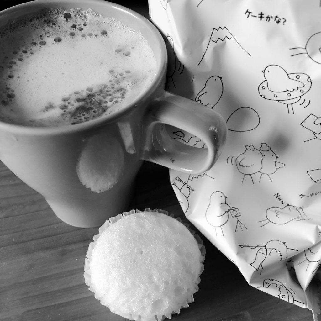 test ツイッターメディア - カフェラテが飲みたいけど店やってないので 小さいタッパー(フルーツ用とか・レンジokの)にミルク適量入れ、20秒温めたのに小さく丸めたアルミホイル入れてフタしてシェイク。お供は小田原土産の静岡銘菓?こっこ。うま🐥 https://t.co/44eWytffiy