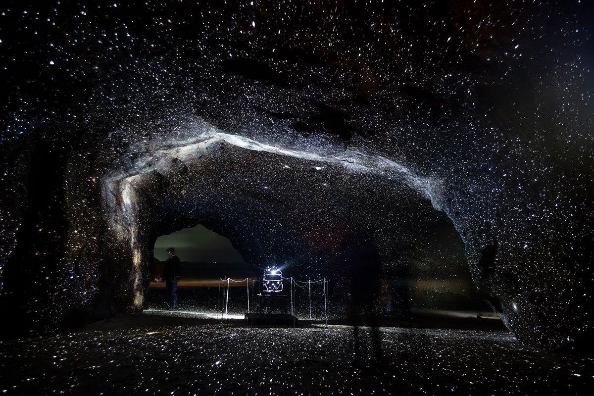 毎年大反響の種子島宇宙芸術祭・千座の岩屋スーパープラネタリウム「星の洞窟」。プラネタリウム・クリエーターの大平貴之さんが生み出す1000万個の星空が、自然石の岩肌に 360 度にわたって投影されます。  今年の開催については、現在日程調整中。最新情報はこちら→