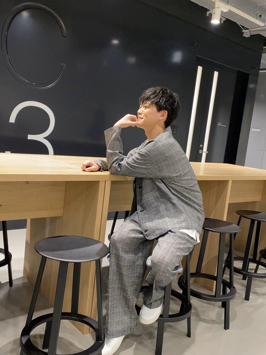 #嵐にしやがれ 隠れ家ARASHI、見てくれたみんなありがとう! 服がスーツみたいでカッコ良かったから、スタジオの広間で決めポーズしたとき撮った写真みて🕺🏻 (ちなみにこのあと松本さんがいらっしゃって、恥ずかしさのあまり慌てて椅子から転げ落ちます)