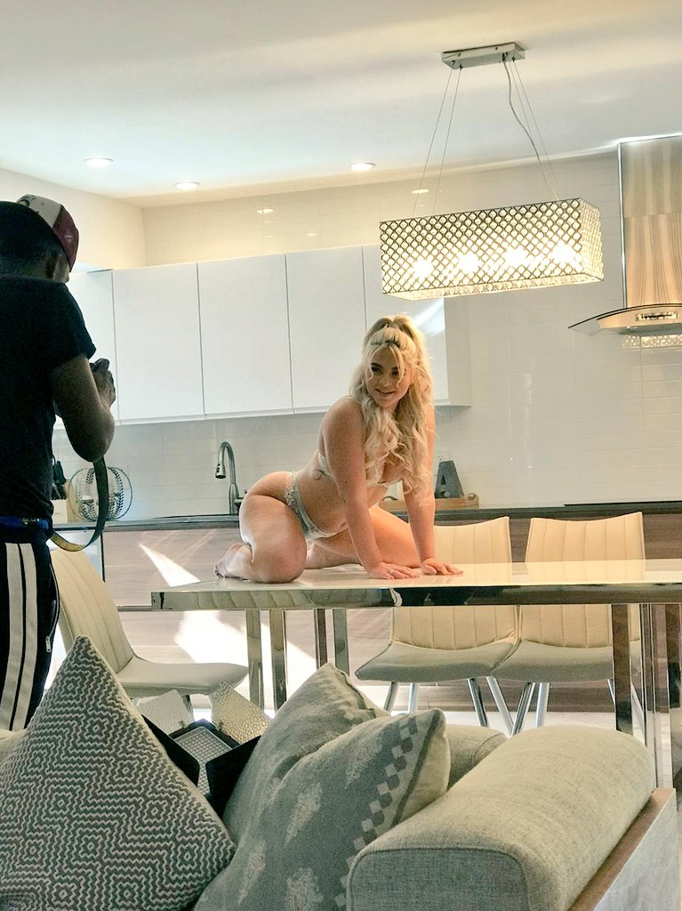 BTS 👀 @RharriRhound looking like a whole ass snack 🍑🤤  Subscribe to see all of her exclusive content👇🏼 only $4.99/month!😍