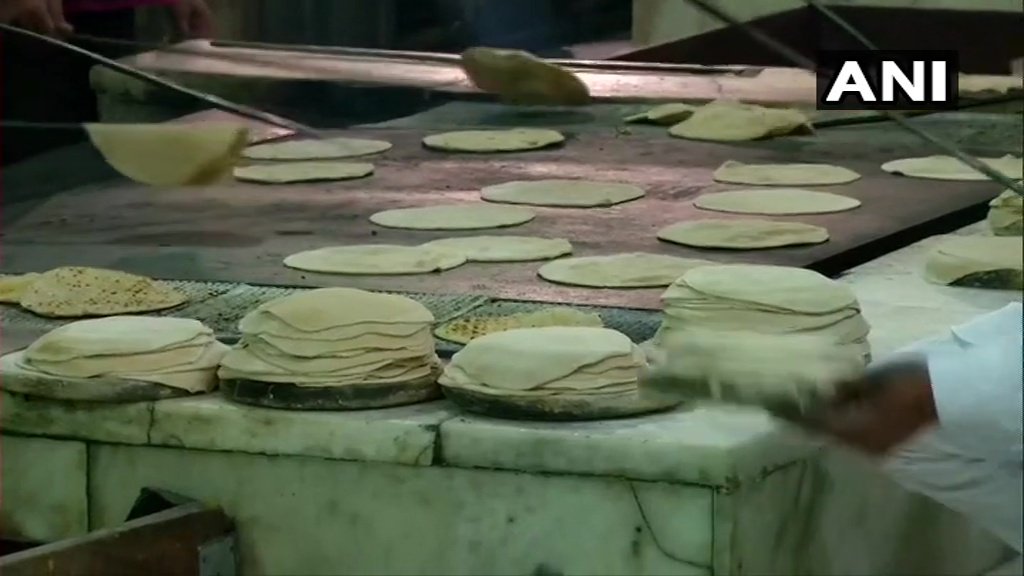 Delhi: Food being prepared at Gurudwara Bangla Sahib to distribute among the needy in different parts of the city. #CoronavirusLockdown