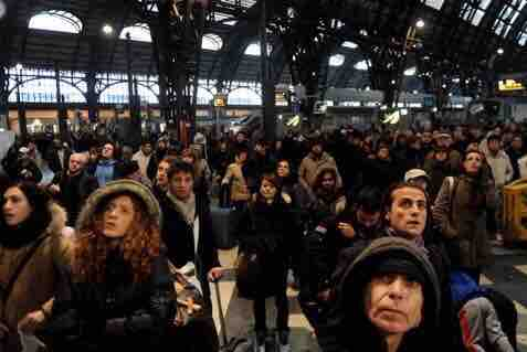 アホ「マスクに効果ないから」 ワイ「そうかな」  イタリアの駅と日本の駅