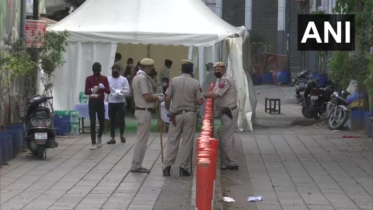 Delhi Police team, including Joint CP DC Srivastava, reaches Nizamuddin area after there were reports that some people, who had attended a religious gathering at Markaz in Nizamuddin, have tested positive for #COVID19. Batches of ppl being taken to hospital in buses for checkup.