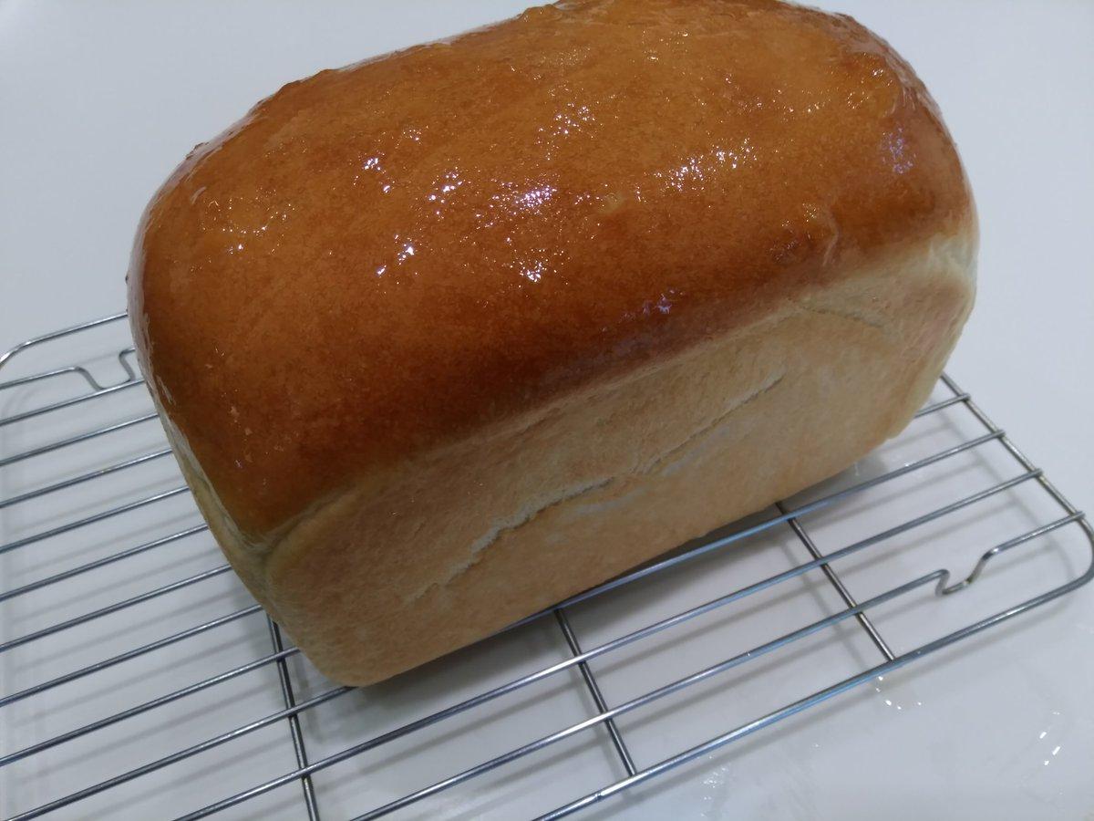 test ツイッターメディア - 先日コッタさんで出てたぶんちゃんさんの湯種食パン! 角型無いので家に有るもので間に合わせて焼きました。😅 バレンタインのお返しで頂いた和三盆糖を入れてふんわり優しい焼き上がり❤冷めても柔らかいです😋😍 #コッタ #和三盆糖 #手作りパン  #パン作り https://t.co/VDUQX5LfEx