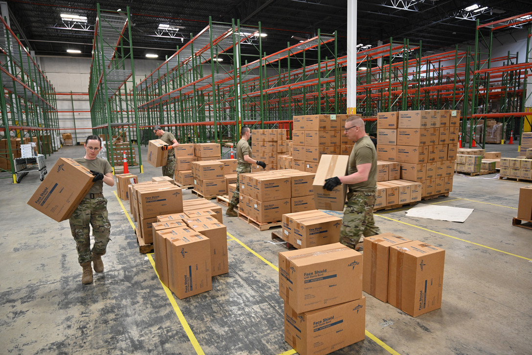 Members of the @MDNG work w/ members of the Maryland Office of Preparedness & Response to prepare & load medical supplies and equipment at the Maryland Strategic National Stockpile. #COVID19USAF 📸 U.S. Air National Guard photo by Master Sgt. Christopher Schepers