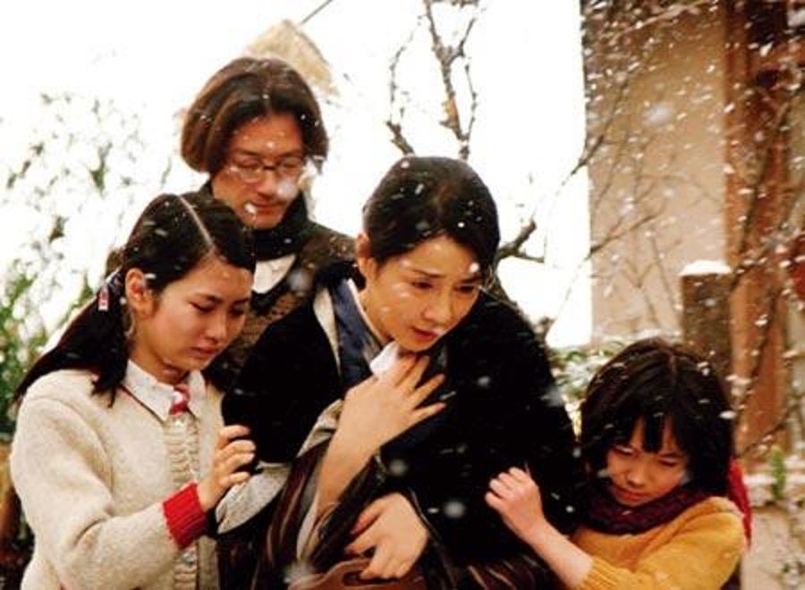 test ツイッターメディア - 吉永小百合さん繋がりで『母べえ』(2008)。治安維持法違反の思想犯の妻がいかに生き抜いたかを描く。還暦迎えたヒトが小学生の母という設定に何の違和感もない不思議。山田洋次監督作品は説明的過ぎるのが残念だが、今の日本の陥穽を予告しているとも思う。 https://t.co/nuwFLK0lO3