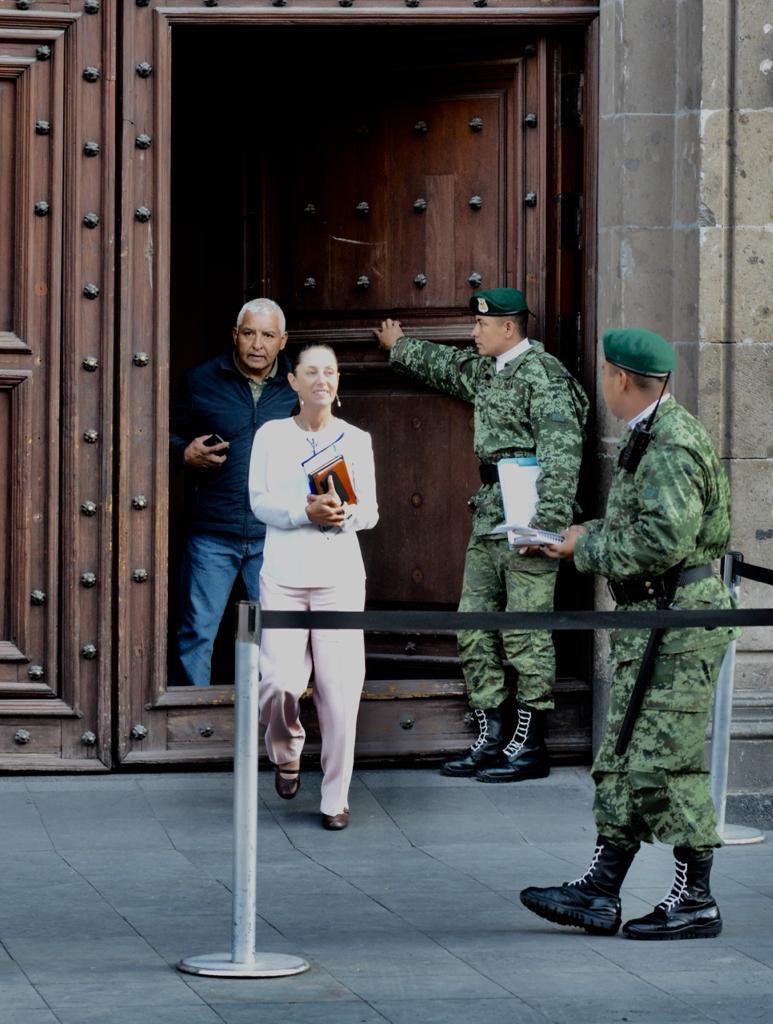 Todos los lunes empiezo muy temprano con la reunión del gabinete de seguridad que encabeza en Palacio Nacional, el Presidente @lopezobrador_. Nuestra estrategia es integral y coordinada. Se trabaja diariamente.