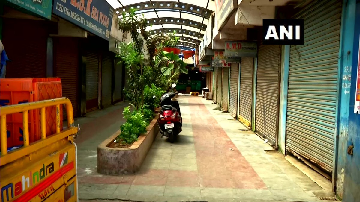 Tamil Nadu: All shops at a fish market in Coimbatore shut, after strict instructions by Police & Corporation officials as people were violating social distancing norms while buying food items at the market. #CoronavirusLockdown