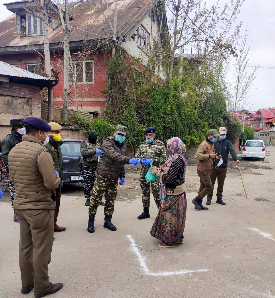 In response to distress calls, Srinagar Sector CRPF based battalions facilitated groceries, face masks and other essential items to non locals residing in different parts of Srinagar today. We stand committed to serve the people. #IndiaFightsCorona