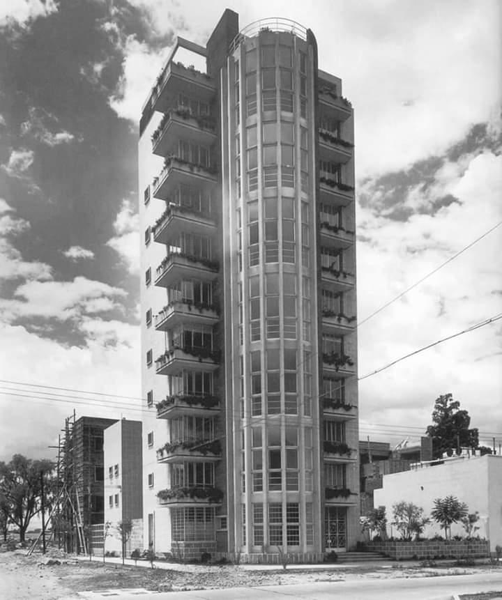Construcción de la Modernidad,  Mario Pani. Edificio de departamento de los años 40 en la Colonia Cuhautemoc en Río Balsas y Rio Tigris . Sigue firme y tolerando el paso del tiempo.