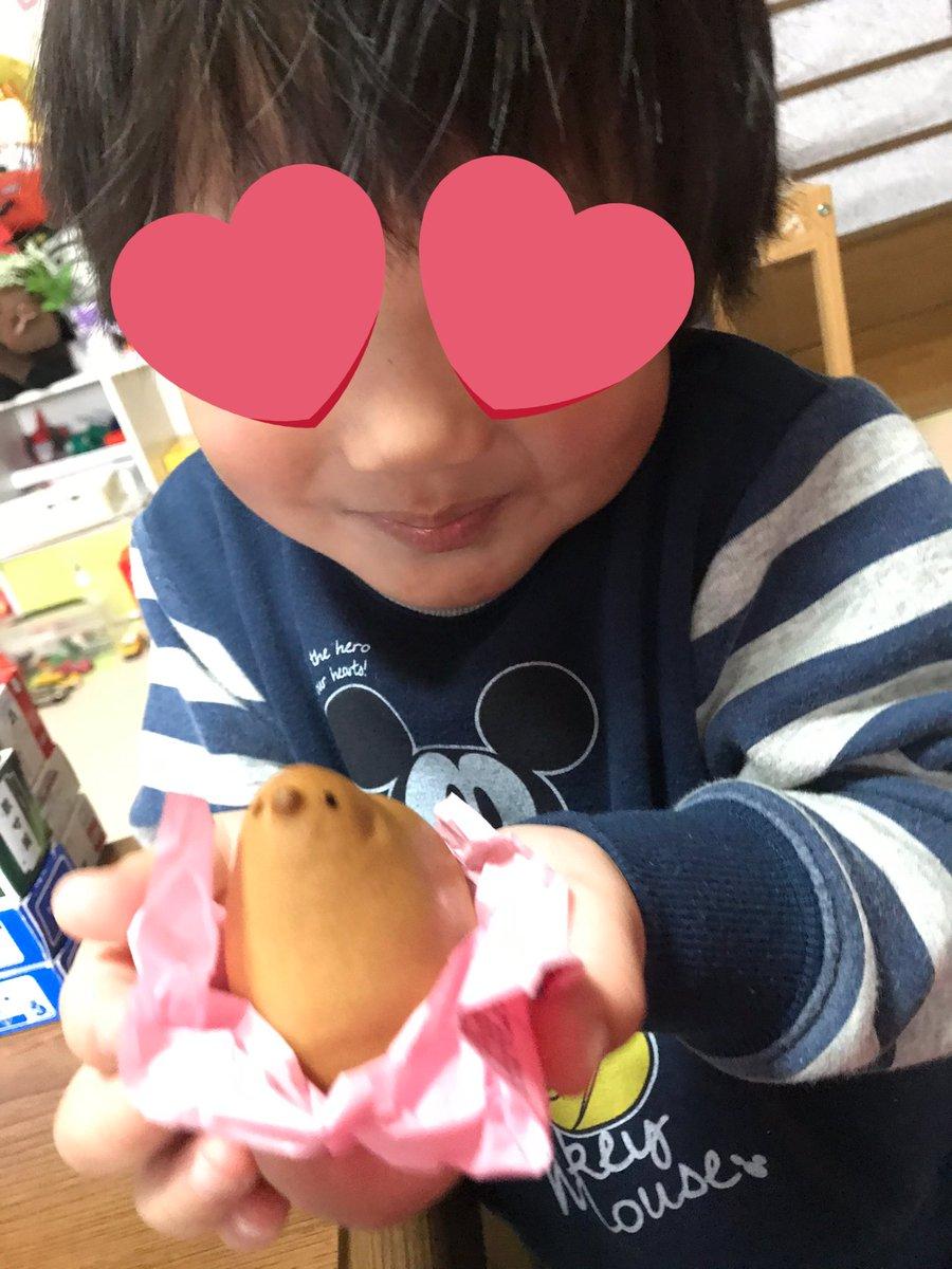 test ツイッターメディア - 幼稚園で貰ってきた紅白のひよ子がもったいなくて食べれないままだったけど、期限前に食べちゃおうと🐤💕 息子はひよ子が可愛いと大喜びでお尻から食べ始めて…顔の部分を食べるのは可哀想だと言いだした🥺優しい子🥰でも美味しく食べてあげなきゃだよって言ったら、パクリと美味しく食べました🤣 https://t.co/9GkpWisbgk