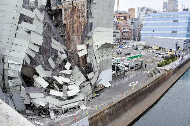 【突然】横浜駅西口の繁華街、解体中のビルが崩落   31日午前8時50分ごろ、横浜市西区南幸2丁目で解体中のビルが崩壊。隣接する会社の従業員は「大きな金属音がした」と話していた。