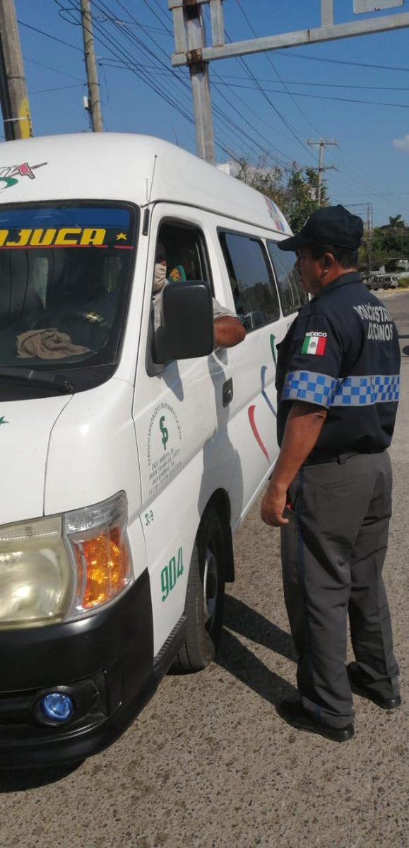 Como parte de las acciones por el COVID-19 agentes de la Policía Estatal de Caminos continúan trabajando en el puesto de inspección vehicular ubicado en la carretera Nacajuca-Jalpa de Méndez, verificando que el servicio público transporte el 50 % de la capacidad de pasaje