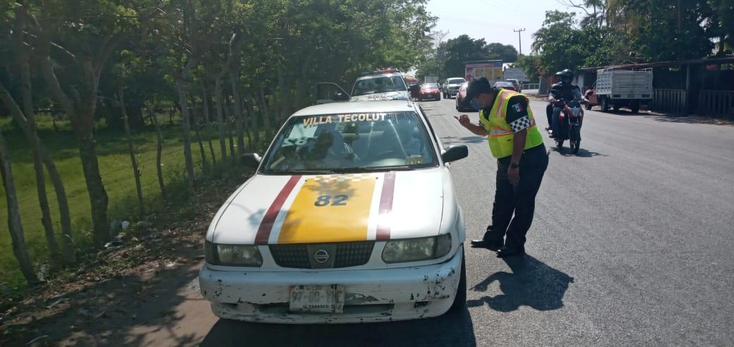 Elementos de la Policía Estatal de Caminos verifican en los filtros de inspección sanitaria ubicados en las carreteras estatales, las medidas de higiene en el transporte público así como que los taxis lleven una barrera de plástico o nylon entre los asientos delanteros y traseros