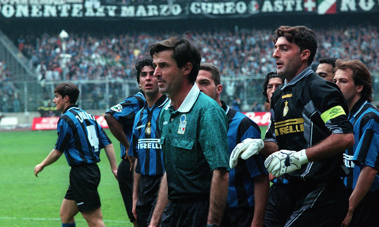 I absolutely love this picture. @Inter enter the Stadio delle Alpi in 97/98 looking like they mean business. #derbyditalia #inter #Juventus 🔵⚫️🇮🇹 https://t.co/iPJG9lsJ1y