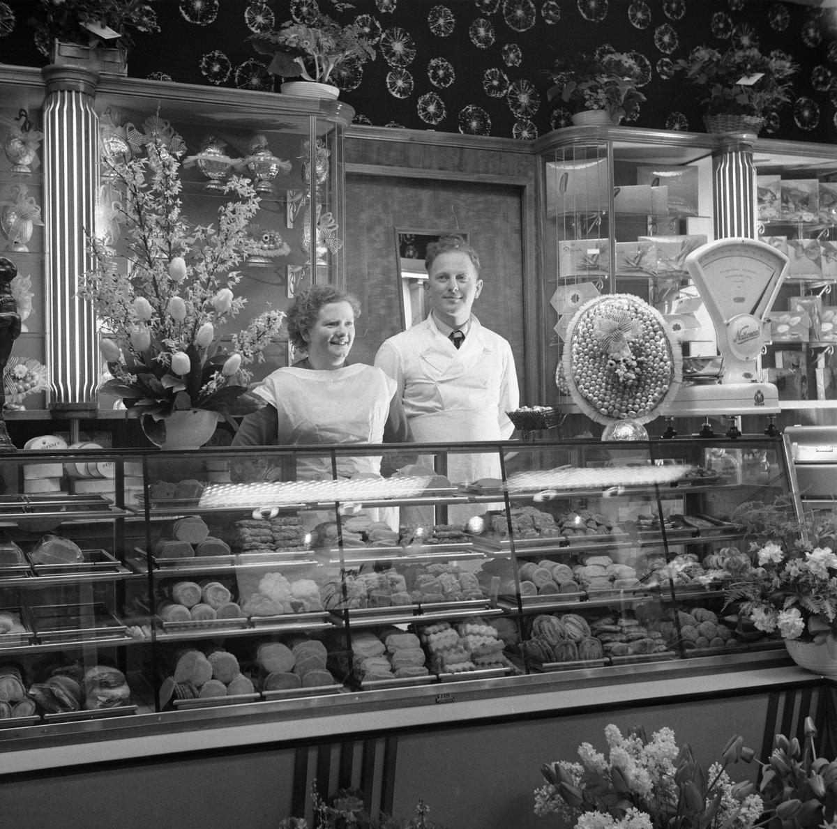 test Twitter Media - Interieur van een banketbakkerij met de eigenaren achter de toonbank. Fotograaf: Leendert van der Post (1912-1999). #Amsterdam 1954 © Collectie Stadsarchief Amsterdam: foto-afdrukken https://t.co/bEQoFV5vjQ