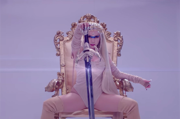 "A blockbuster visual. @AvaMax wields a sword in her heavenly ""Kings & Queens"" video: https://t.co/WDwS5lR2nX https://t.co/3IU3YWmO01"
