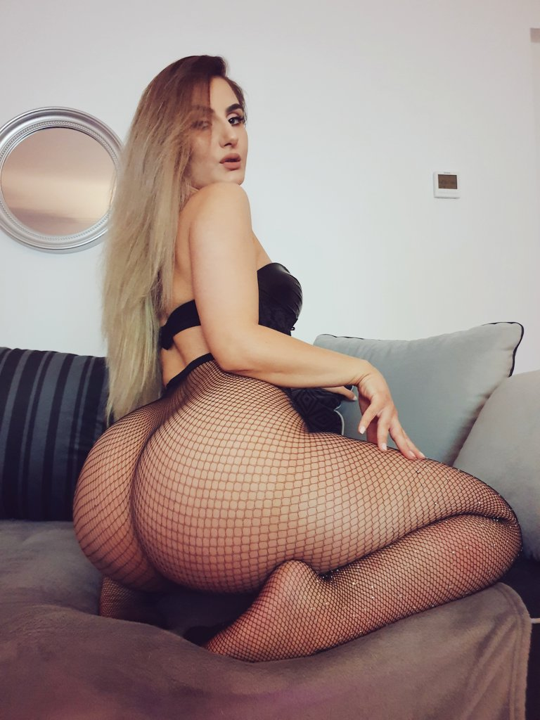 Enjoy some #booty compliments of @AylinAysunx! 🍑  #Stockings  #CurvesWanted  #FollowFriday   Go see more of her at:   🔆