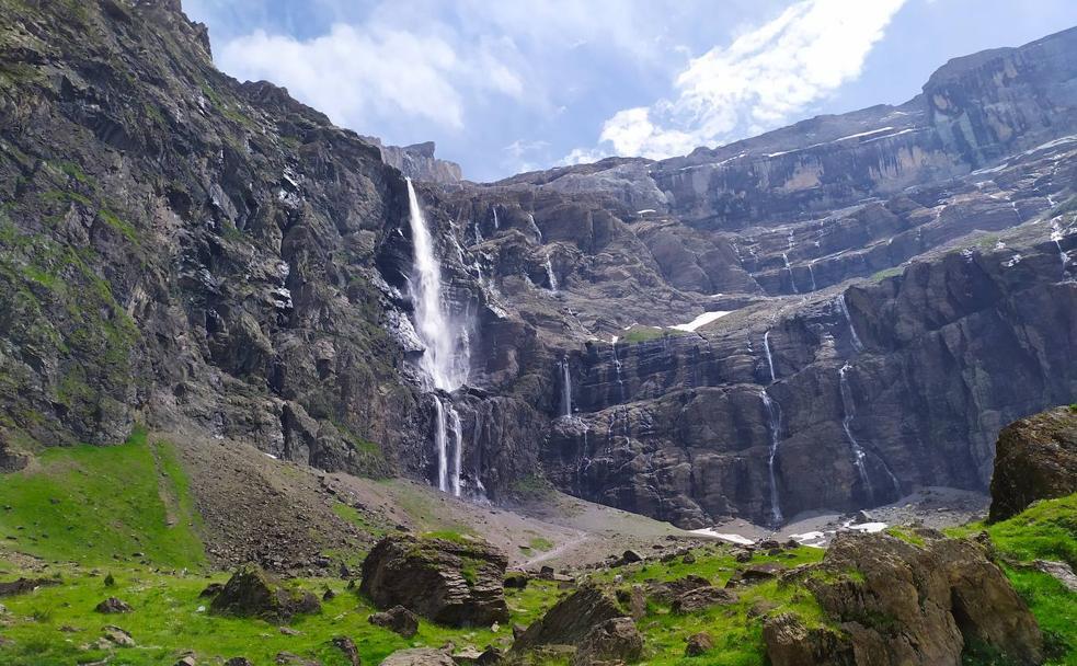 El Circo de Gavarnie es una excavación glaciar en el pirineo francés. De sus muros, de más de 1600 metros de desnivel, penden las cascadas más altas de Europa, con 423 metros de caída y hasta 200.000 litros por segundo de caudal en plena época de deshielo. 🇫🇷🏔️ https://t.co/lBB816LGlW