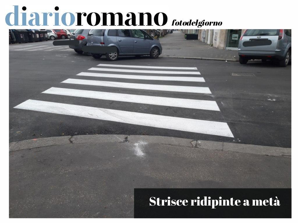 """test Twitter Media - Viale Carso, angolo via Monte Pertica. Strisce pedonali ridipinte in questo modo. """"Civilizziamo Roma"""" via #Facebook  . #Roma #foto #lettori https://t.co/UqtchPoF7h"""