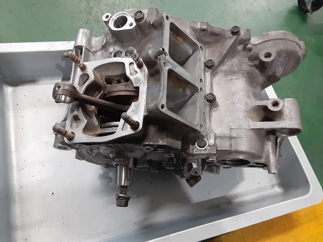 test ツイッターメディア - 私の'90NSR250Rのエンジンです。 4ストと比べると単純な作りのエンジンですが、私が30年たった現在もNSRにこだわったのはこのエンジンのパワーです。 30年前の筑波サーキット、関東選手権F3クラスは4スト400ccをおさえて決勝のグリドに並ぶのはほとんどNSRでした。 現在もスゴイパワーです (^o^)🏍️💨 https://t.co/ojcQE9rXma
