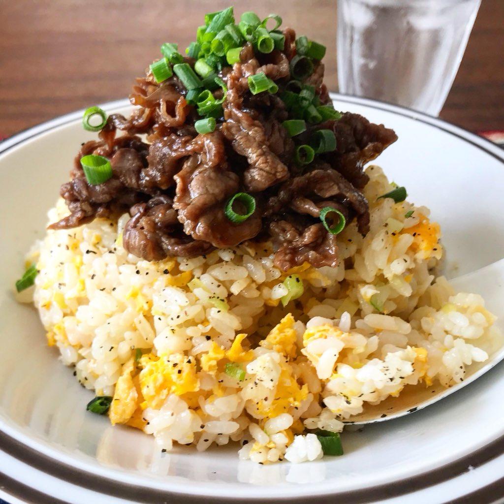 春休みご飯に!  【甘辛肉のせネギたま炒飯】  めちゃめちゃ簡単で、言わなレンジなんてわからん美味しさ‼️  卵に油を混ぜ、ご飯と混ぜずにチンしてから合わせることでご飯が団子にならず、パラっと仕上がります。  お肉無しでも十分美味しいんで是非✨  レシピ↓(1人分。お子様なら2人分)
