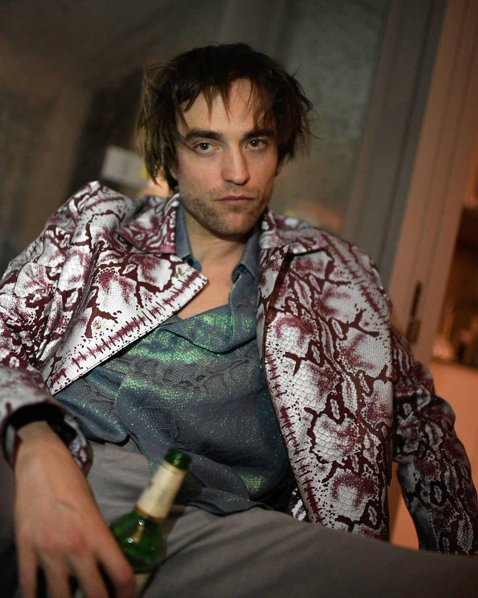 Transaria com Robert Pattinson no chuveiro só pra ter a oportunidade de lavar esse cabelo