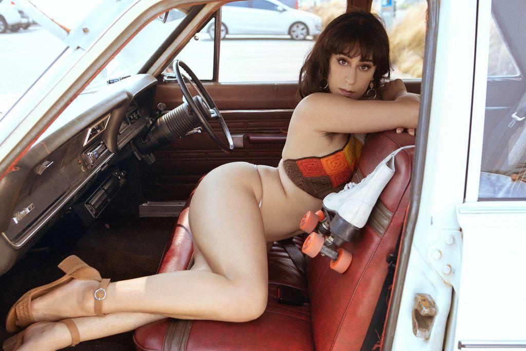 Your 1970s Roller Dream Girl. @VioletRussoXxx  📸🌴☀️