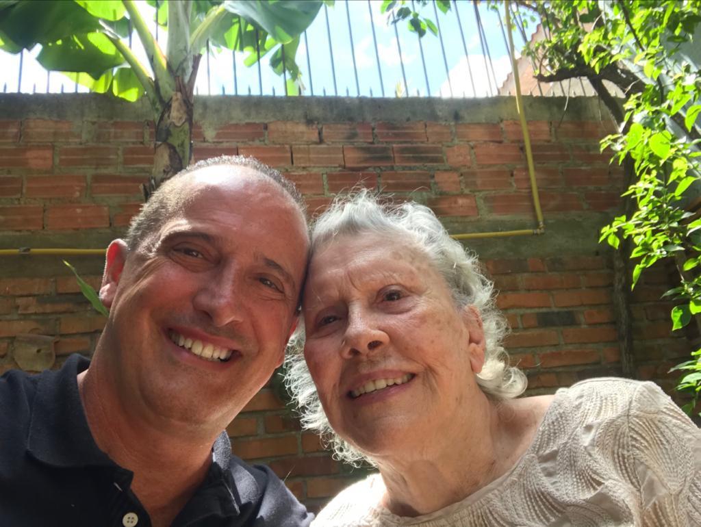 Mais de 2 meses sem poder estar ao lado dela, só por vídeo. Mas tudo vai passar , em breve ela vai ganhar milhares de beijos e abraços.  Feliz Dia das Mães, amada Dalva ! Que Deus Abençoe e Proteja todas as mamães do Brasil.