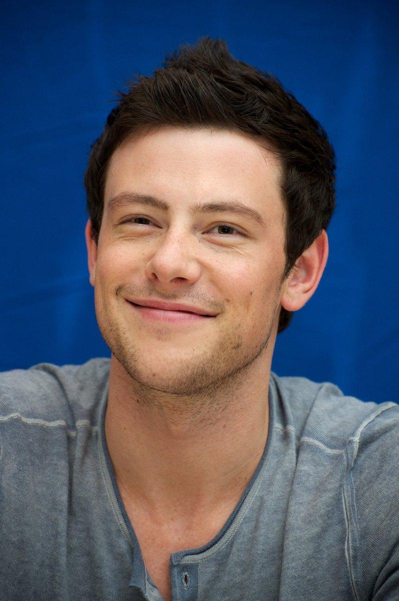 Para sempre em nossos corações! 💙  Hoje o ator Cory Monteith, nosso eterno quarterback Finn Hudson de Glee, completaria 38 anos de idade.
