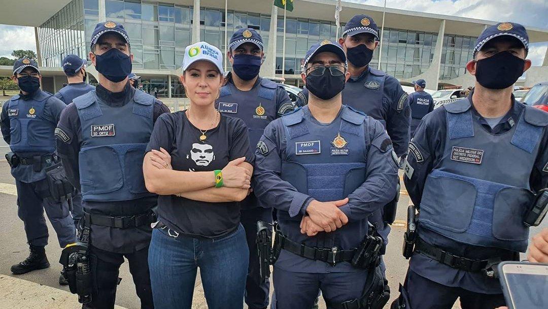 Ordem e Progresso.  Respeito aos nossos policiais, não deixem que governadores os joguem contra você.   Obrigada à @pmdfoficial hoje! 💚💛💚🇧🇷🇧🇷🇧🇷