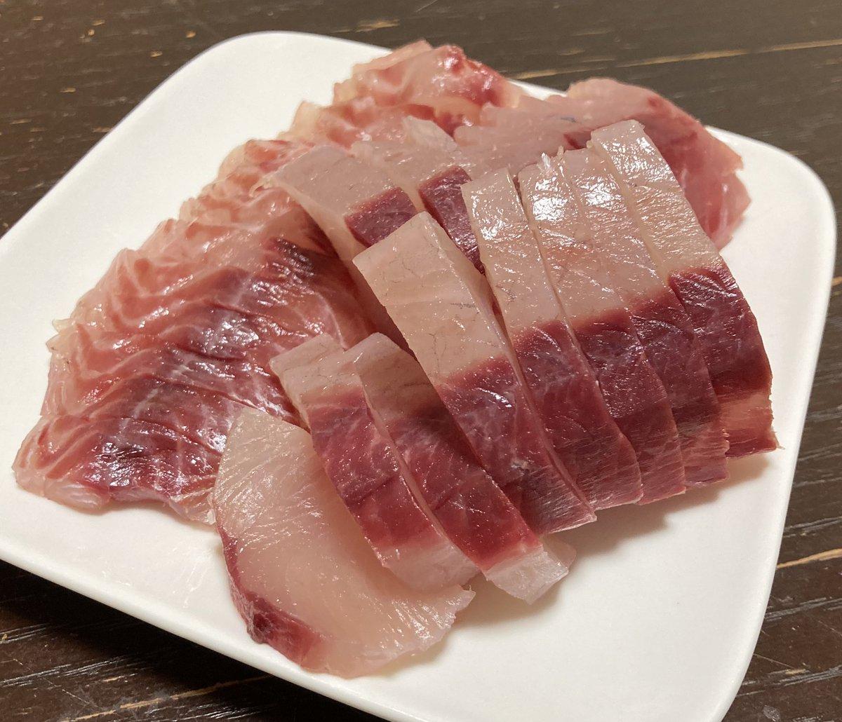 test ツイッターメディア - 隠岐のママ友からお魚送ってもらった✨ ブリ、サバ、イサキ、マトウダイ、スズキを分けてもらって、先ずはブリのお刺身とイサキの昆布〆、マトウダイの昆布〆with肝……!! うーまーいーーー‼️😳‼️ 昆布〆やばいやつだ。肝と合わせて素晴らしい✨ 日本酒は屋守の純米をロックで🍶 こちらも美味しい! https://t.co/R7mRbrJcbG