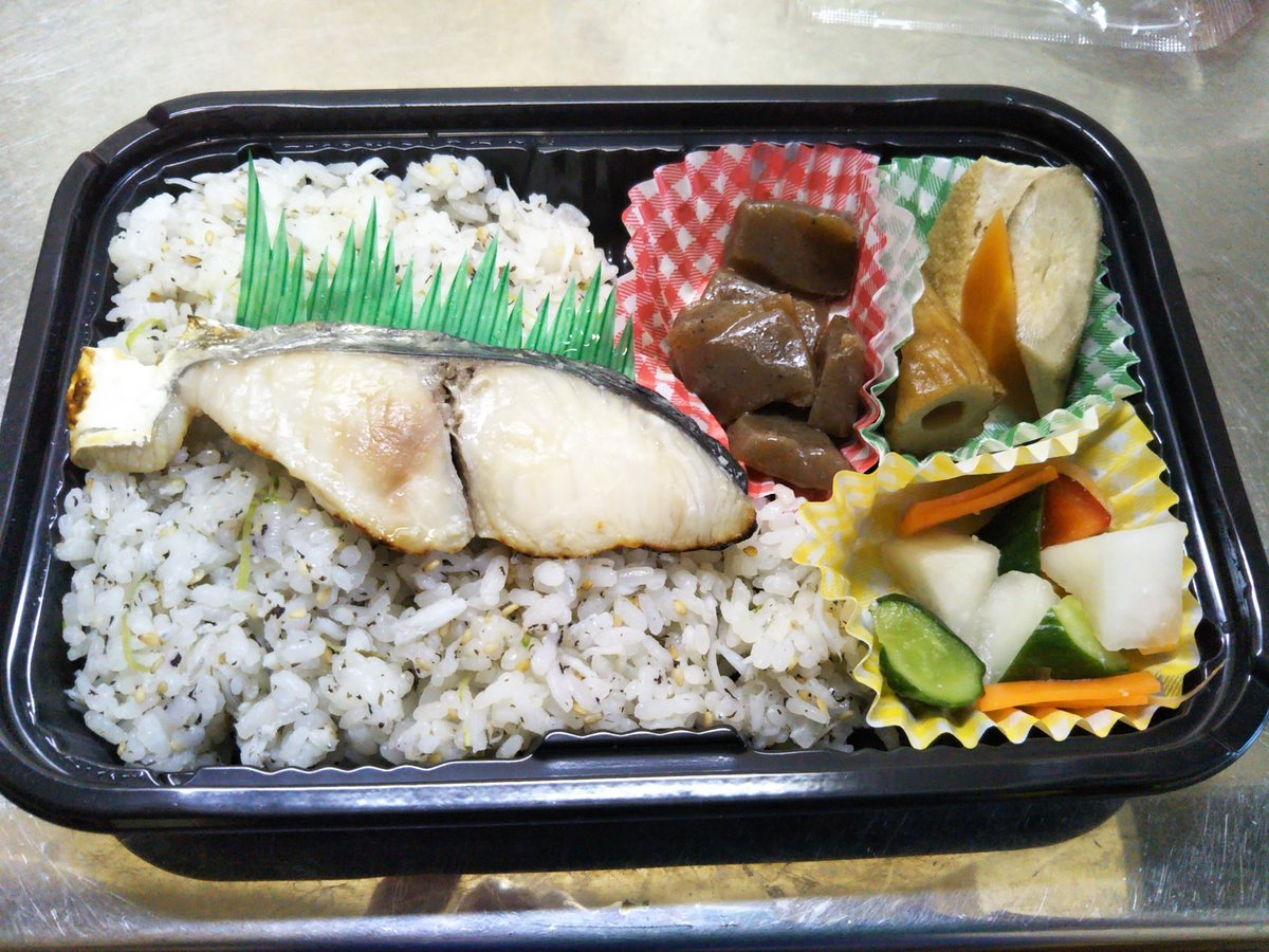 test ツイッターメディア - 石川酒造さんに寄って、お弁当買って帰りました! 鰆にシラスご飯、お漬物と美味しかったです😊 #福生エール飯 https://t.co/zXnF5IIoTf