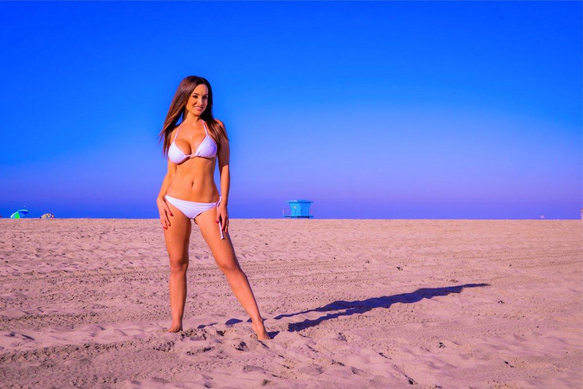 Oh la la it is officially bikini season! 👙 I hope you are all enjoying the holiday weekend! ☀️
