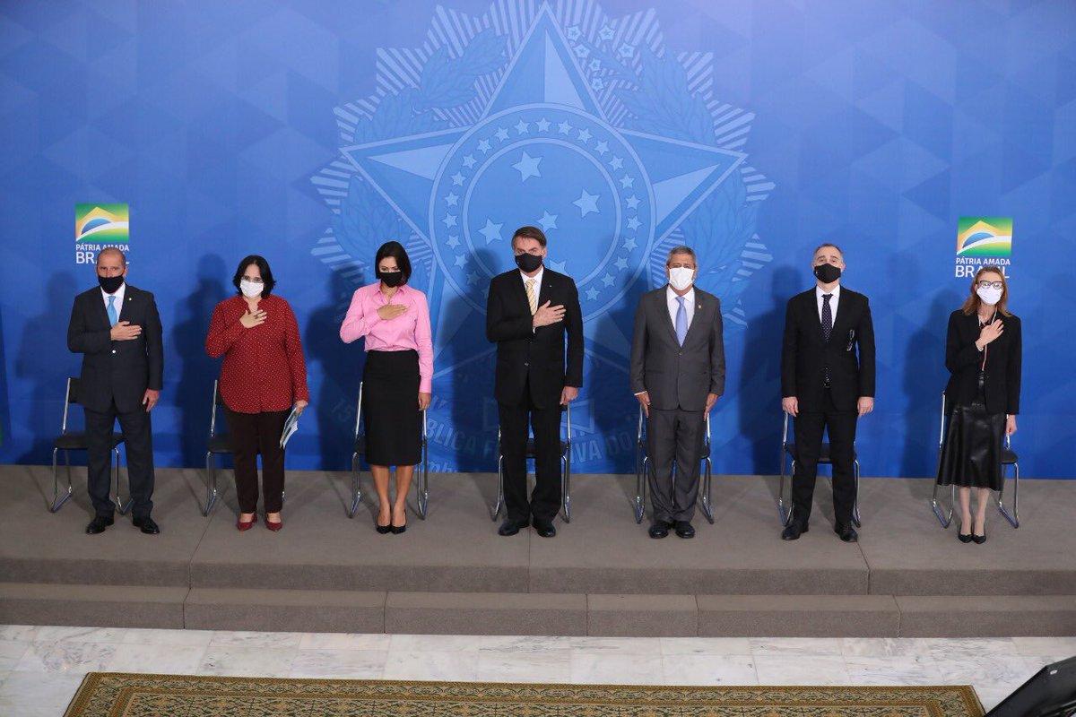 O Presidente @jairbolsonaro participou, na manhã desta sexta-feira (15), do lançamento da Campanha de Conscientização e Enfrentamento à Violência Doméstica. Na ocasião, a ministra @DamaresAlves também lembrou que hoje é celebrado o Dia Internacional da Família.