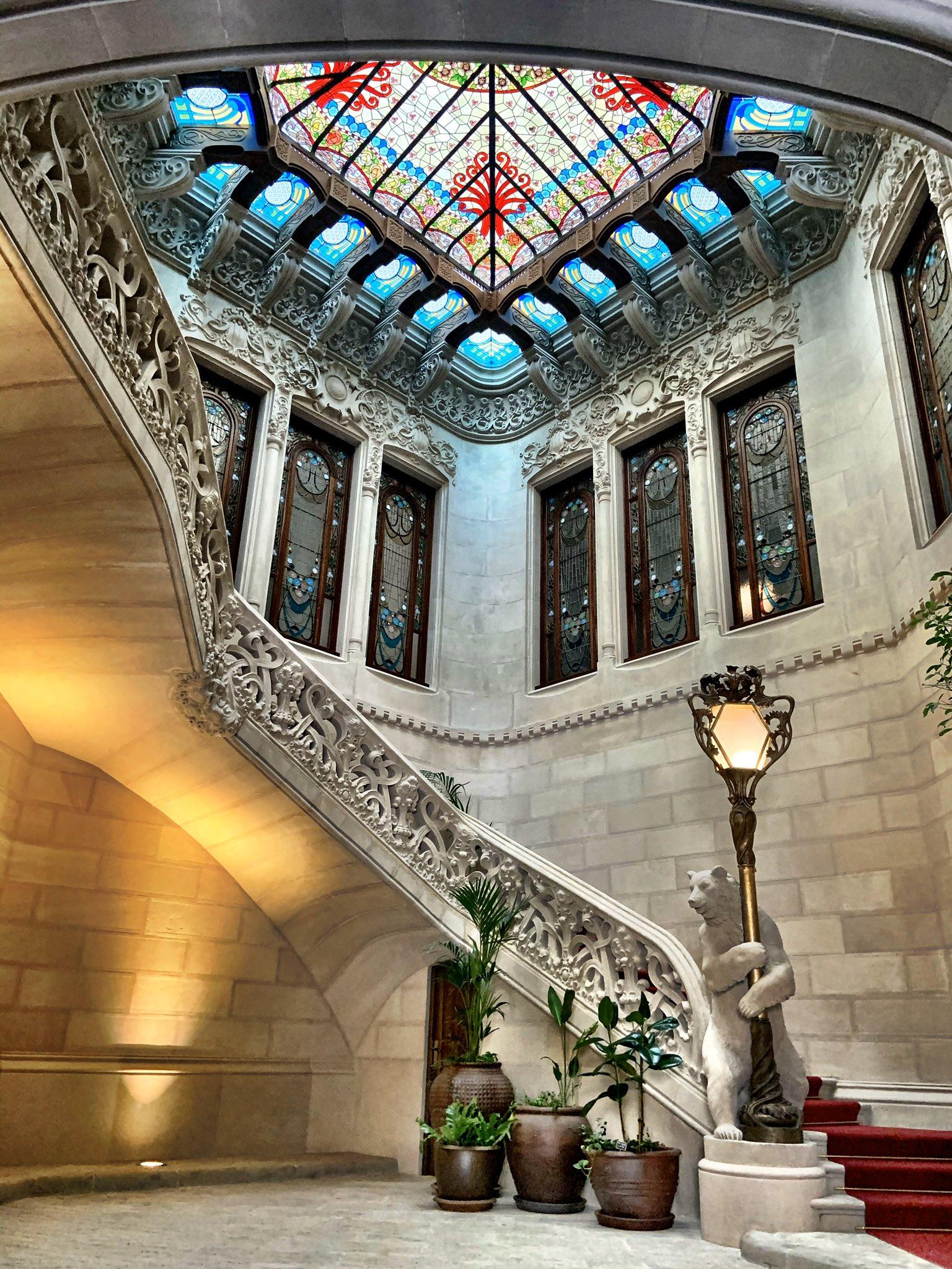 Hoy han abierto unos minutos Casa Burés (1905). Probablemente el vestíbulo más bonito de Barcelona. https://t.co/4SBA9RpjfL