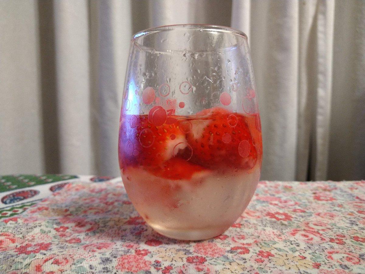 test ツイッターメディア - おまけ。娘が作った一晩つけた苺日本酒。これはこれであり。元は青森の甘みの強い桃川さんの東北魂純米酒です。 https://t.co/loBKNsKzGj