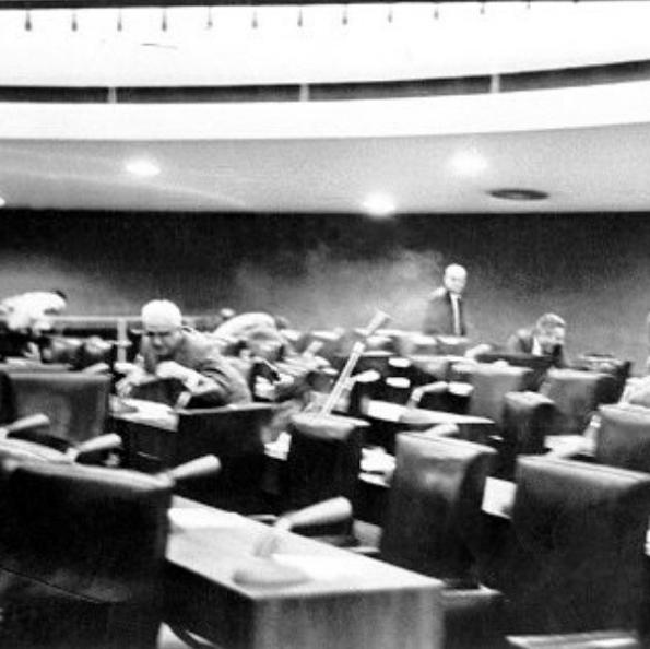 Em 1963 o senador Arnon de Mello, pai do ex-presidente Fernando Collor de Mello, desferiu tiros contra o senador Silvestre Góis Monteiro em pleno Senado Federal. Péricles conseguiu se abaixar e os tiros acertaram o parlamentar José Kairala, que morreu horas depois. ©SF