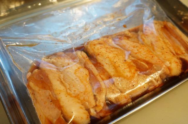 test ツイッターメディア - あと引く辛さ「手羽中の七味醤油焼き」  鶏手羽元に塩とコショウを振りビニール袋へ入れ醤油、酒、七味唐辛子を加え揉み込み15分程漬ける。アルミホイルを敷いた魚焼きグリルに皮面を上にして並べ弱火で約15分焼き火が通ったら完成🍺  https://t.co/8AuptOjYPE  #IPAと合わせたいおつまみレシピ https://t.co/iuzQpokqYJ