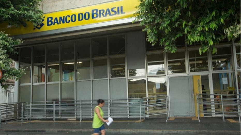 >@EstadaoPolitica Após 'bronca' de Carlos Bolsonaro, BB volta a anunciar em site bolsonarista