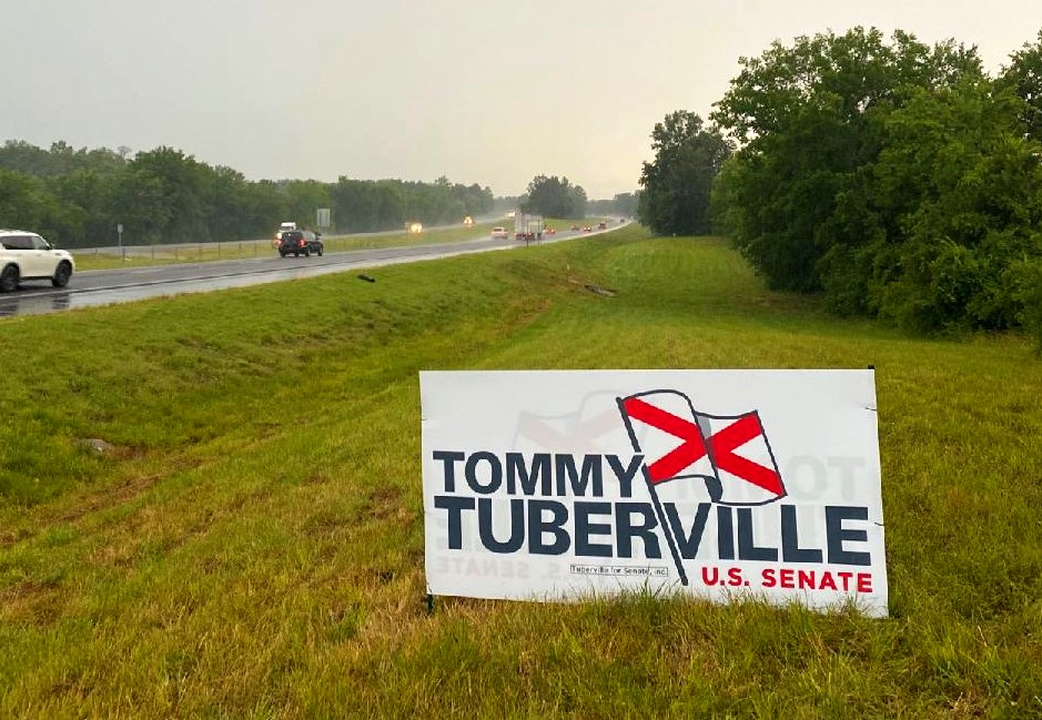 🇺🇸SOOO AWESOME to see #TubervilleSignsUp @ I-65 SOUTH AND on I-85 EAST in the GREAT STATE of ALABAMA!  MADE MY DAY while driving in the pouring rain!  #VoteJuly14 #Tommy4Senate TO #KAG! @TTuberville 🇺🇸🇺🇸🇺🇸🇺🇸🇺🇸
