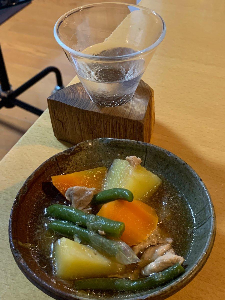 test ツイッターメディア - #家飲み #肉じゃが #日本酒 #スーパーくどき上手  お父さんから超レア日本酒。 スーパーくどき上手を肉じゃがと一緒に 映えました❗️ 俺的に斬新‼️ https://t.co/TZsHn9XzEo