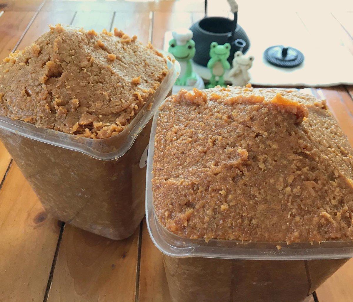 test ツイッターメディア - なんだか、コロナの騒ぎで毎日忙しく、すっかり忘れていました。 去年仕込んだ味噌を出すことを! 今年もカビひとつなく、素晴らしい出来でひと安心。 今回はいつもの麦味噌に加えて、 茅ヶ崎熊澤酒造さんの米麹を使用した米味噌も。 早速おにぎりに塗って焼きおにぎり。  至福! https://t.co/10y17ZPYy0