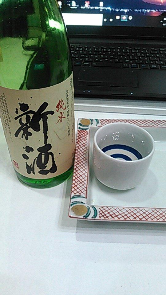 test ツイッターメディア - ZOOM 飲み会ちょうど二時間で4合瓶がほぼ空いた。札幌は千歳鶴の新酒。ちょうどよい心持ち。 つまみは白魚に、山芋、熊本の〆鯖。 この〆鯖、かまぼこに〆鯖が一体化しているという特殊な郷土料理である。製法が謎である。 https://t.co/5lc7aTwnx4
