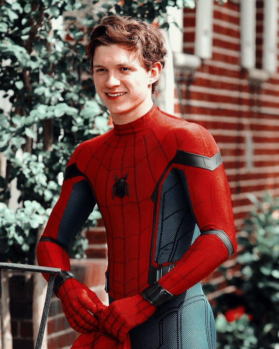 tom holland SORRINDO usando o traje do homem aranha é algo que precisa ser apreciado, tudo pra mim